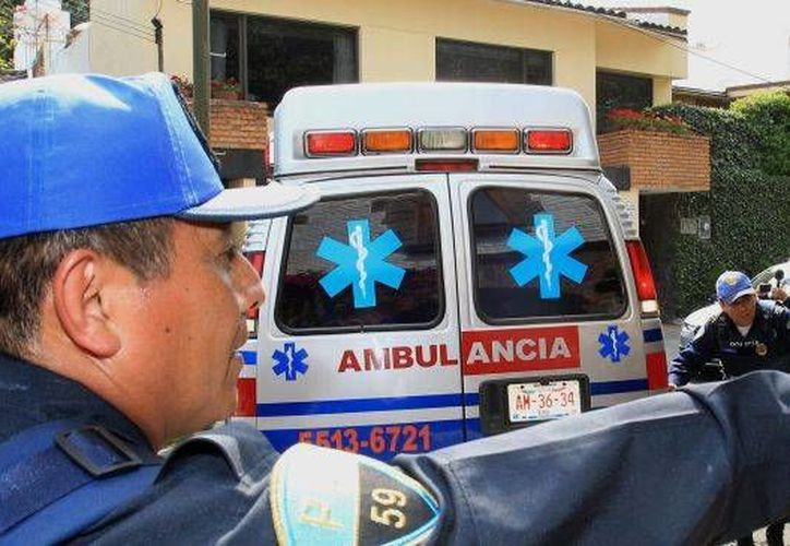Los agentes detuvieron la ambulancia, ya que había un reporte de que trasladaban droga en el vehículo. (EFE)