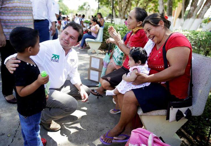 El titular de Sedesol, Mauricio Sahuí, estuvo en la comisaría de Oncán, en el marco del Día Mundial de la Alimentación. (Milenio Novedades)