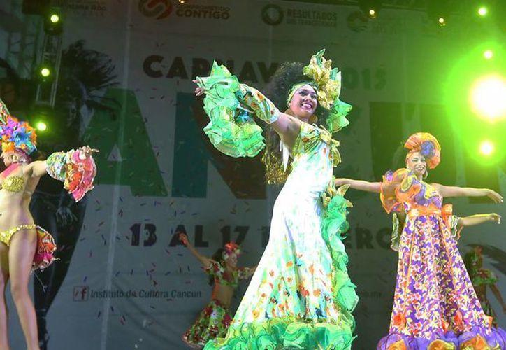 Los cancunenses  disfrutaron los bailables, la feria, en un ambiente de tranquilidad, gracias a que no se venden bebidas alcohólicas. (Redacción/SIPSE)