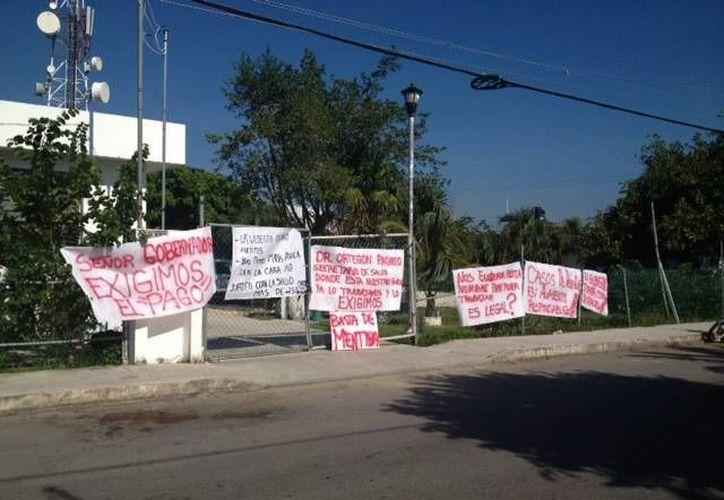Desde la noche de ayer, jueves, los empleados    del departamento de vectores pararon las actividades. (Adrián Barreto/SIPSE)