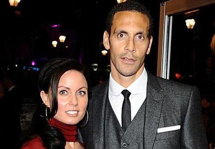 Rio Ferdinand agradeció a los médicos que atendieron a su esposa Rebecca durante su breve dolencia. (dailymail.co.uk)