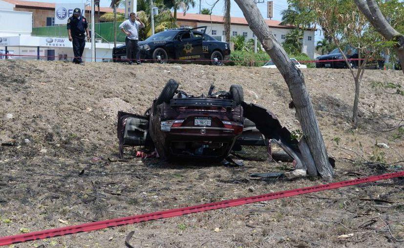 Una mujer se accidentó al volante de un Honda Civic en el Anillo Periférico, pero como llevaba puesto el cinturón de seguridad no sufrió heridas graves. (Fotos: Cuauhtémoc Moreno/SIPSE)