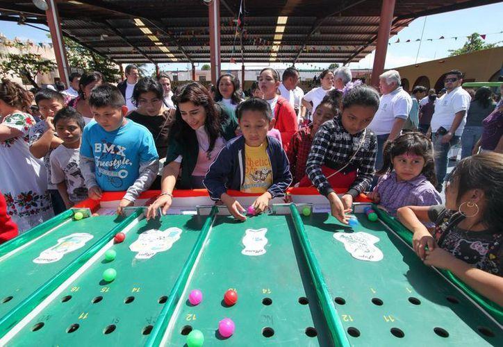 La presidenta del DIF juega con niños munenses. (SIPSE)