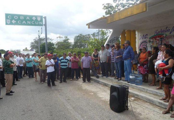 La diputada local, María Trinidad García Arguelles, acudió en el crucero de San Pedro para tranquilizar a los campesinos. (Raúl Balam/SIPSE)