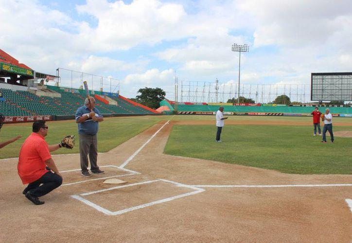 Juan Sosa Puerto lanza la primera bola al bateador Willi Valle, teniendo como receptor a Carlos Baeza, promotor deportivo. (Milenio Novedades)