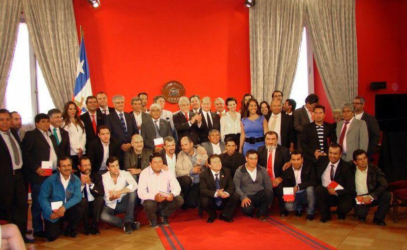 """El presidente Piñera (aplaudiendo) reunió en el Palacio de La Moneda al elenco del filme """"Los 33"""", encabezado por Antonio Banderas, y a un grupo de los mineros atrapados en 2010. (Notimex)"""