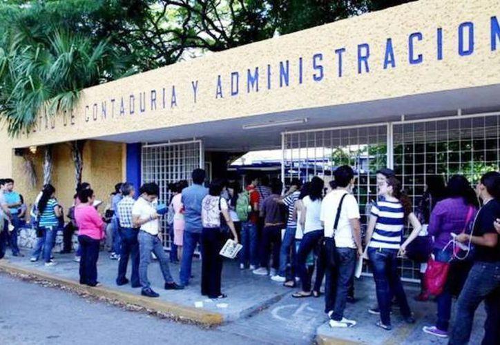 15 estudiantes de la Facultad de Contaduría y Administración fueron beneficiados. (Archivo/SIPSE)