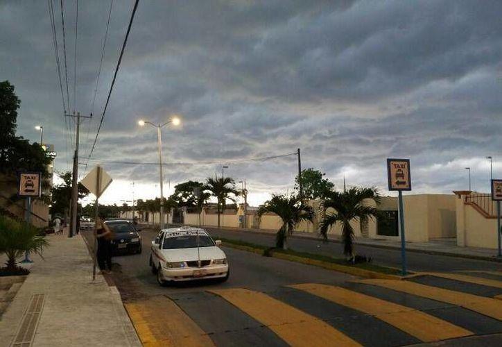A algunos ciudadanos de Cozumel les llamó la atención el cielo 'nublado' del fin de semana. (Diana Heidy Lizama/Facebook)