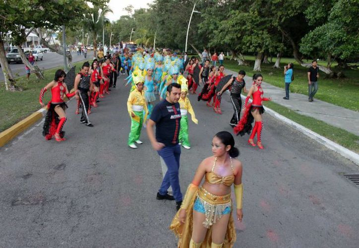 Cientos de participantes ataviados con trajes multicolores y máscaras cumplieron con realizar una gran fiesta. (Redacción/SIPSE)