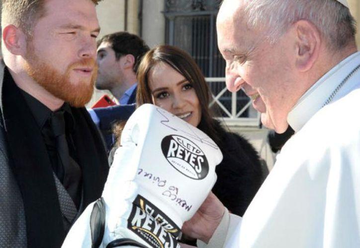 El pugilista dio muestra de su fe y visitó al máximo jerarca de la Iglesia católica en el Vaticano. (Foto: Univisión)