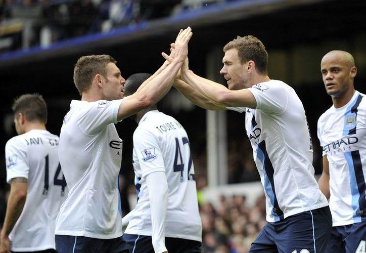 El 'City' empata en puntos con el Liverpool, pero la diferencia de goles los mantiene como líderes. (Foto: Agencias)