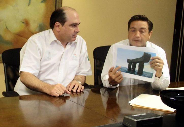 Raúl Torre Gamboa (izquierda) indicó que un pilote fue demolido por su marcada inclinación. (José Acosta/SIPSE)