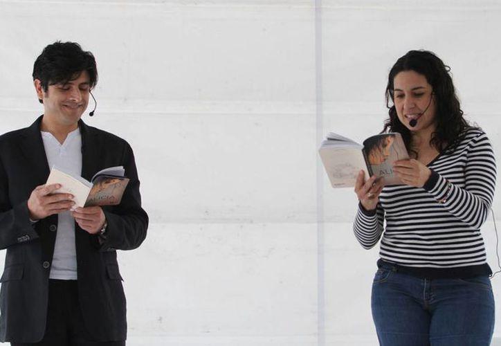 Los actores Tiaré Scanda y Fernando Alzate realizaron una lectura dramatizada en la explanada del Palacio de Bellas Artes para festejar los 150 años de la publicación de 'Alicia en el País de las Maravillas' del escritor británico Lewis Carrol. (Notimex)