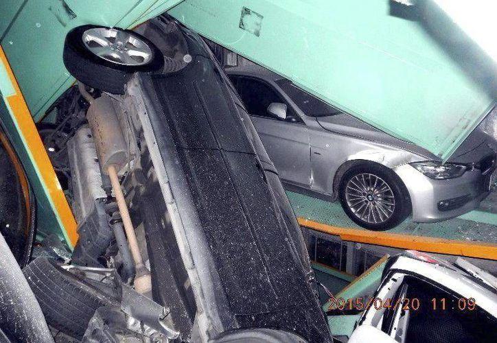 Fotografía facilitada por el Departamento de Bomberos de Taipei que muestra varios coches amontonados y con destrozos ocasionados por un terremoto en un aparcamiento de Taipei, Taiwán. (EFE)