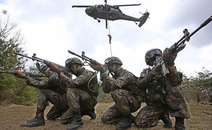 Soldados del ejército de Corea del Sur apuntan sus armas durante un ejercicio militar en Yeong Cheon. (Agencias)