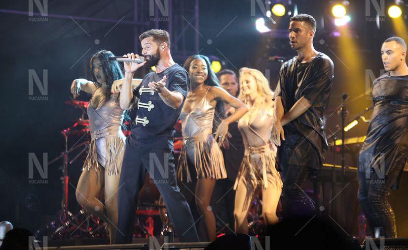 Ricky Martin hizo gala de sus mejores pasos, voz y carisma para conquistar a las fans yucatecas que desde temprana hora lo esperaban. (Daniel Sandoval/Novedades Yucatán)