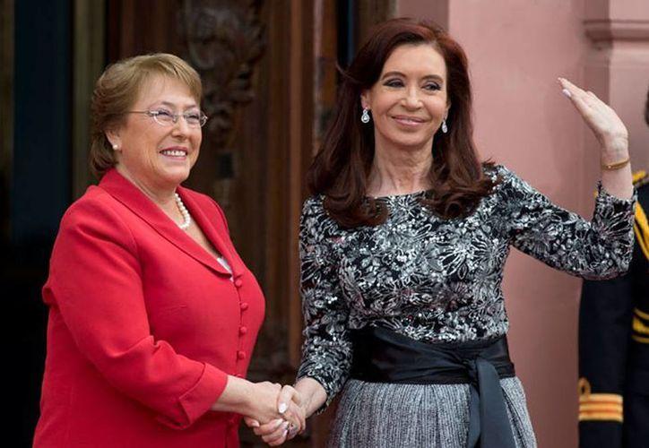 Imagen de las presidentas de Argentina, Cristina Fernández, y de Chile, Michelle Bachelet durante un encuentro binacional. Fueron amenazadas por el Estado Islámico. (AP)
