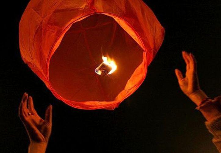 Los globos de cantoya pueden caer en gasolineras o zonas rurales y causar un accidente. (Foto: Contexto)