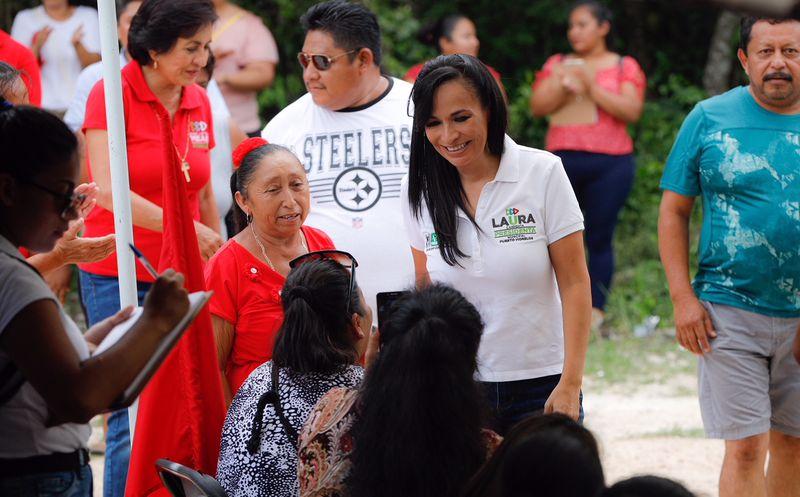 La candidata a la presidencia municipal de Puerto Morelos, por la coalición Por Quintana Roo, Laura Fernández Piña, escuchó las necesidades de la ciudadanía. (SIPSE)