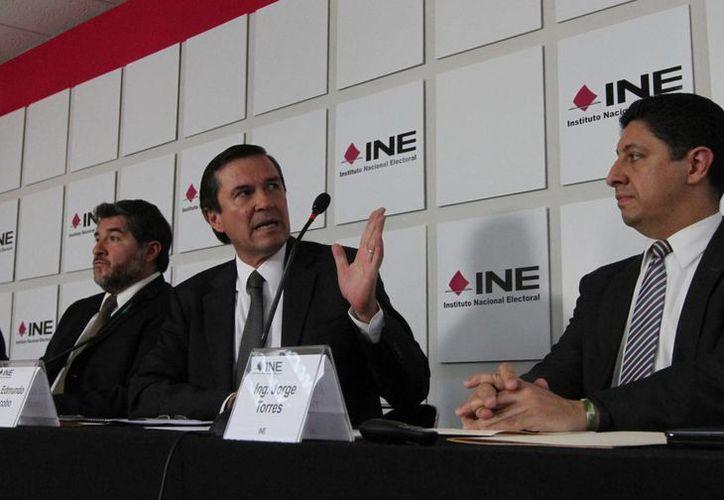 René Miranda (centro), del INE, informó que más de nueve mil casillas serán utilizadas como base para el conteo rápido el día de la elección. (Notimex)