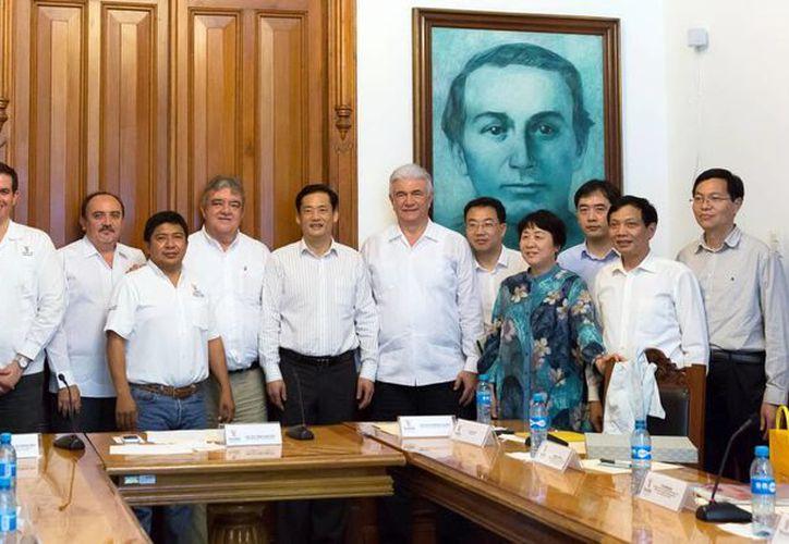Las autoridades yucatecas presentaron a la delegación asiática la política social de vivienda en la entidad, entre otros rubros importantes. (SIPSE)