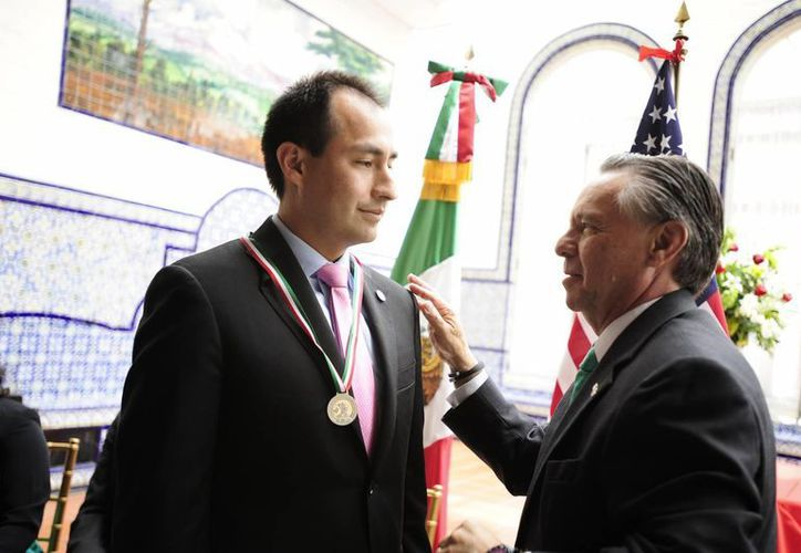 Medina Mora entregó el premio Ohtli a Bismarck Lepe, un hijo de inmigrantes de Jalisco que laboraron como trabajadores agrícolas. (Notimex)