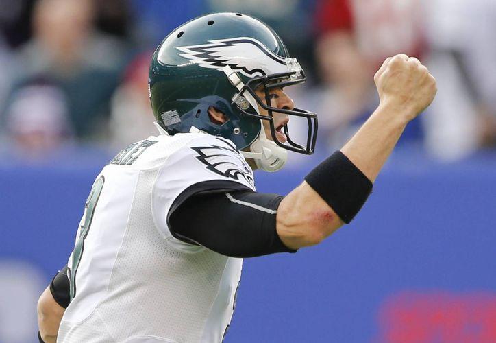 Mark Sánchez, de los Eagles de Filadelfia, festeja luego de lanzar un pase de anotación a Brent Celek. (AP Foto/Julio Cortez)