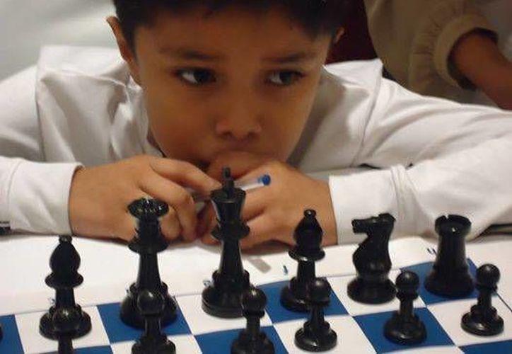 Paul Iván Rosales Campos tiene 9 años de edad, inicio a los 4 años a jugar ajedrez. Pasó de ser promesa en la categoría infantil a ser el número uno del juego ciencia en Yucatán. (SIPSE)