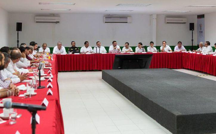 El Gobernador de Yucatán, Rolando Zapata, habló con los integrantes de su gabinete sobre lo que queda por hacer en los próximos dos años. (Foto cortesía del Gobierno estatal)
