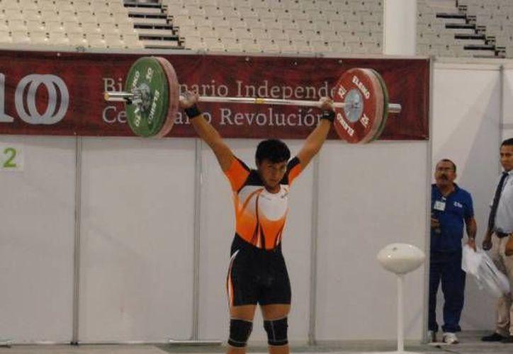 Daniel Ku, recibió el premio municipal del deporte. (Alberto Aguilar/SIPSE)