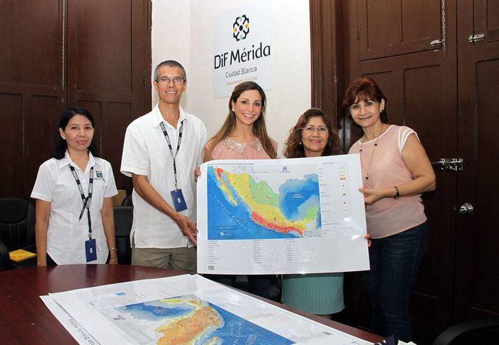 El Instituto Nacional de Estadística y Geografía (Inegi) entregó al Ayuntamiento de Mérida nueve mapas en sistema Braille para contribuir dar una mejor atención a personas invidentes. (Foto cortesía del Ayuntamiento de Mérida)