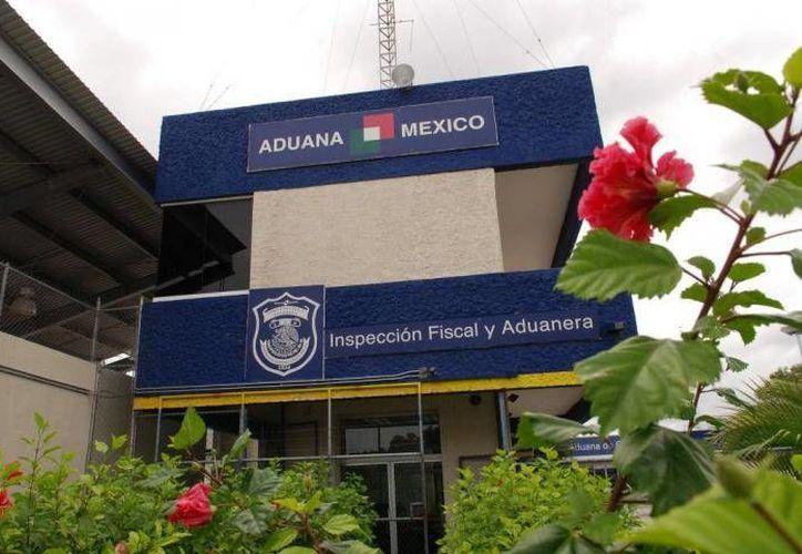 La pareja de colombianos fueron detenidos por elementos de la Aduana y de la Sedena en el Aeropuerto Internacional de Cancún. (Contexto/Internet)