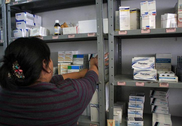 Parte del primer embarque ya estaba siendo colocado en el área de farmacia. (Harold Alcocer/SIPSE)