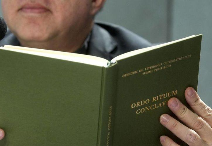 El libro con las normas que regulan el cónclave es presentado en la víspera de la elección del sucesor del papa Benedicto XVI, en Ciudad del Vaticano. (EFE)