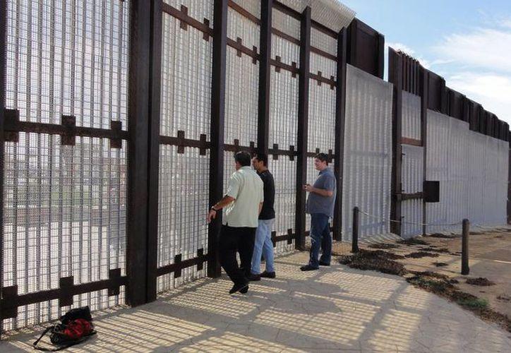 Migrantes mexicanos se entregan a las autoridades estadounidenses  tras cruzar la fronetra (Archivo)