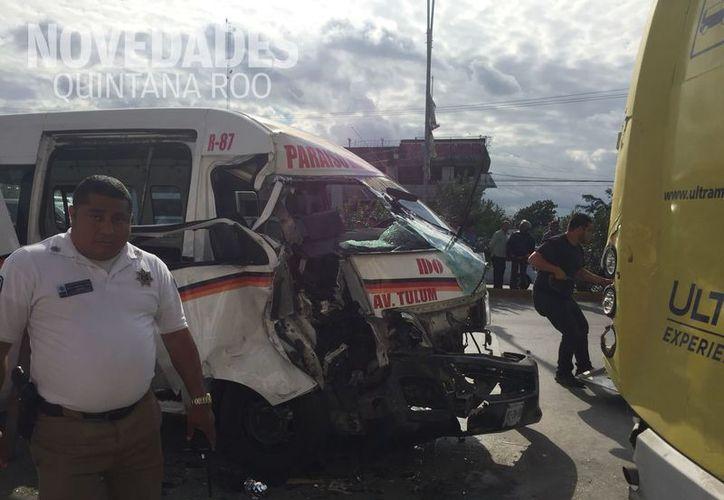 Una combi de la Franja Roja y un camión de la Ruta 102 fueron los involucrados. (eva Murillo/SIPSE)