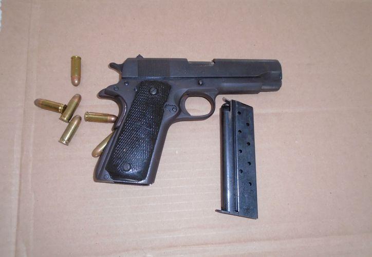 Uno de los detenidos, cargaba un arma de fuego, la cual también fue asegurada. (Foto: Redacción)