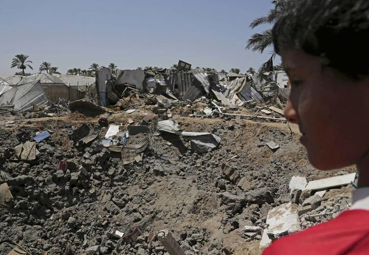 Un niño palestino observa su casa reducida a escombros tras la reanudación de los ataques de Israel, en Deir el-Balah, en el centro de la Franja de Gaza. (Foto: AP)