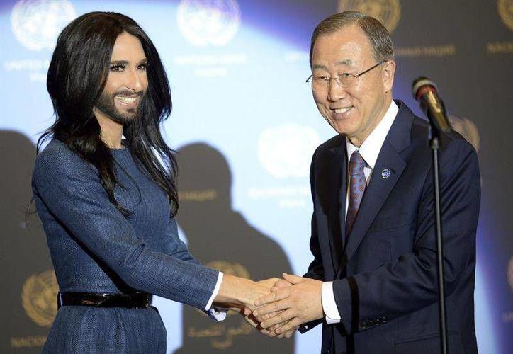El secretario general de la ONU, Ban Ki Moon, y el artista pop travesti Conchita Wurst, durante una conferencia contra la homofobia. (excelsior.com.mx)