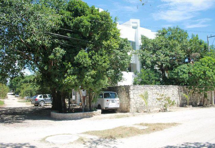 El cenote contaminado se encuentra delimitado con una pequeña barda circular; se ubica en la calle 21 sur, esquina con avenida 65. (Juan Cano/SIPSE)