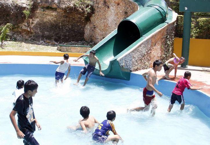 Niños disfrutando de un chapuzón en el Acuaparque, a pesar del viento fresco que acarició a Mérida ayer.   (Juan Albornoz/SIPSE)