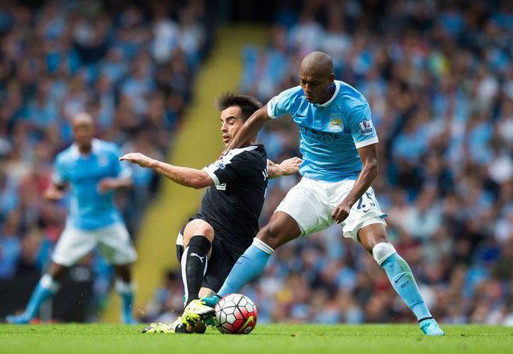 Fernandinho, del Manchester City, disputa el balon con José Manuel Jurado, del Watford, equipo este ultimo donde milita Miguel Layún, quien solo jugo 18 minutos en la derrota de su equipo. (AP)