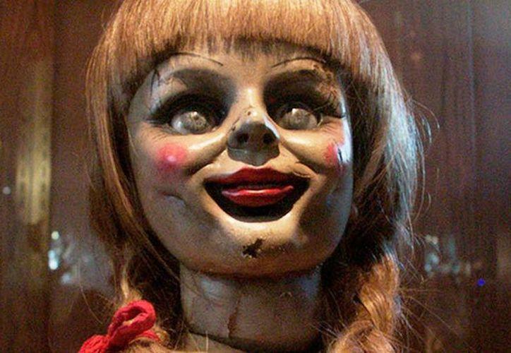 La muñeca buscará la manera de apoderarse del cuerpo de una niña, la cual batallará con sucesos paranormales.(Foto tomada del sitio/dentrodelcine.com)