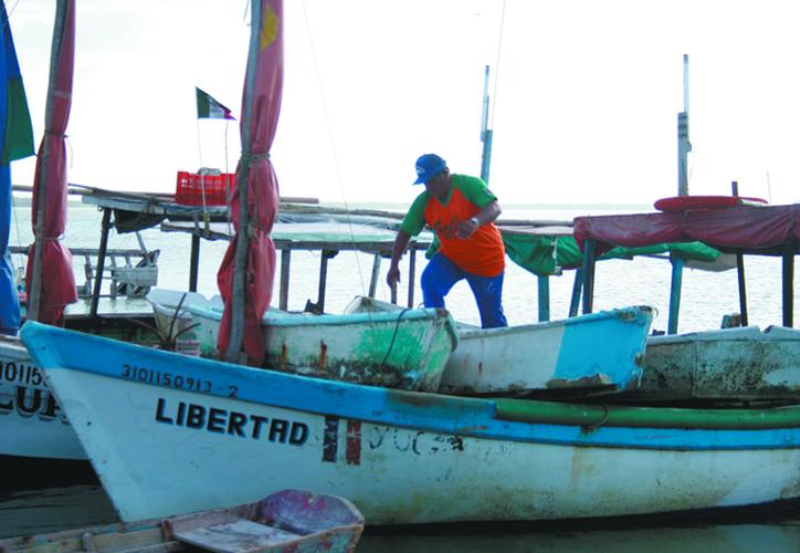 La veda deja a muchos pescadores sin empleo. (Novedades Yucatán)
