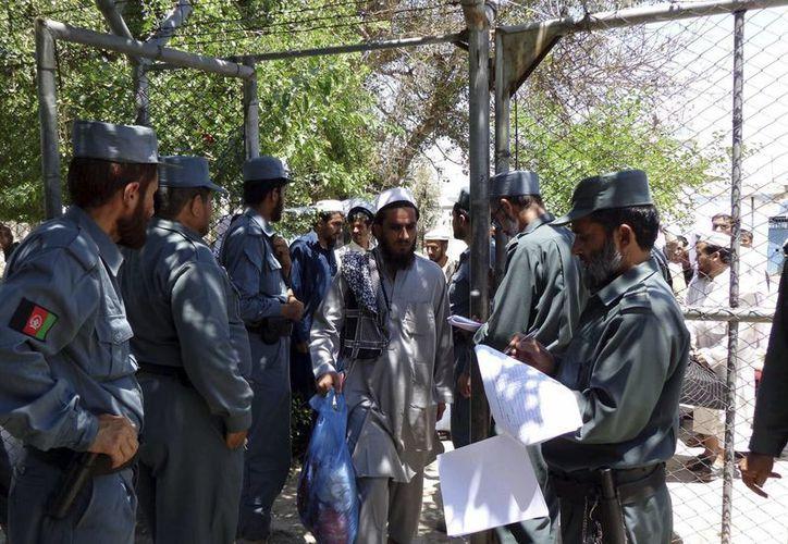 Prisioneros afganos son puestos en libertad en la prisión de Nangarhar, el pasado martes. (EFE)