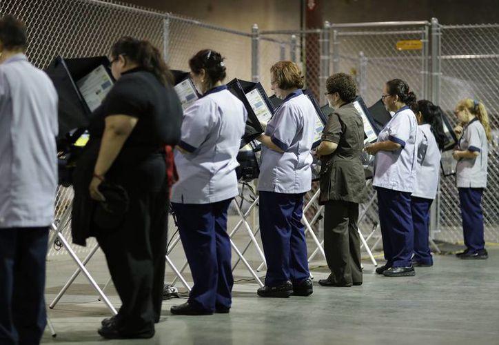 En la mayoría de los estados de la Unión Americana los ciudadanos pueden votar con anticipación. En la imagen, electores votan en Las Vegas, Nevada, el 26 de octubre de 2016. (AP Photo/John Locher)