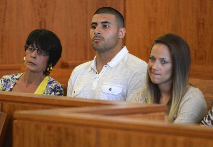 Aaron Hernandez y su familia escuchan la respuesta de la jueza, Susan Garsh. (AP)