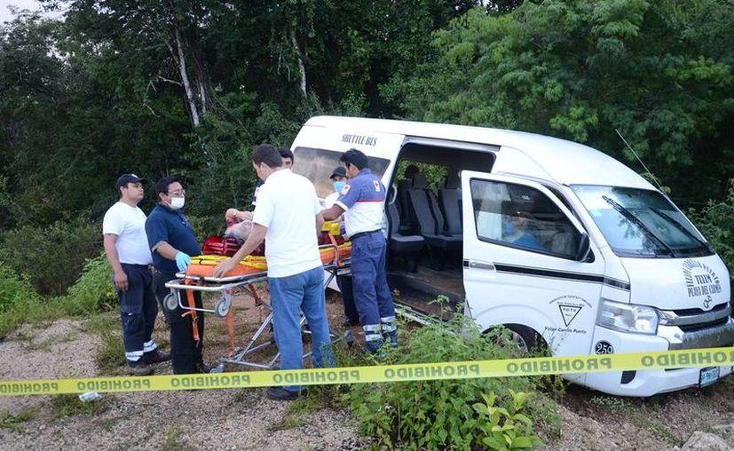 """El autobús impactó en un costado a un vehículo del servicio público, tipo Van, perteneciente al Sindicato de Taxistas """"General Francisco May"""". (Redacción/SIPSE)"""