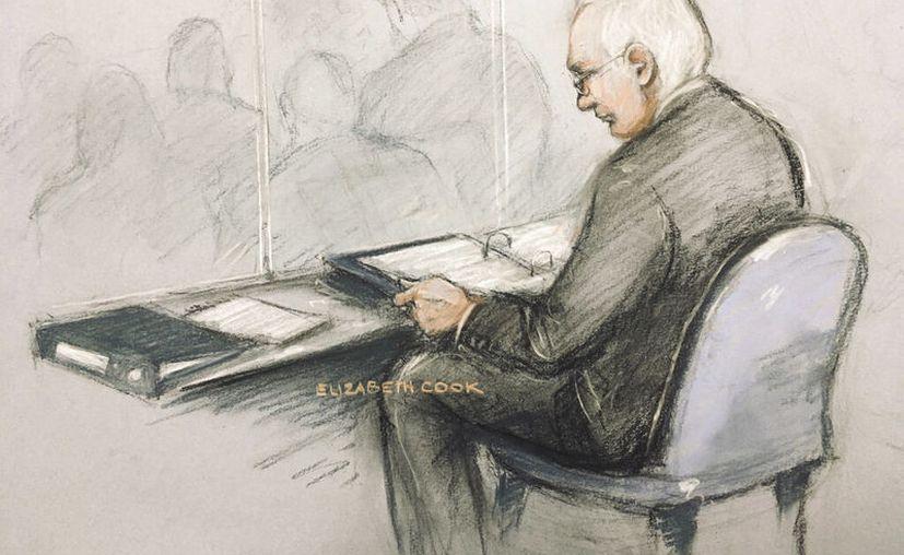 Bosquejo de Julian Assange en el tribunal de Londres. (Elizabeth Cook/PA via AP)