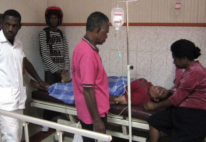 Una víctima de la estampida espera a ser atendida en un hospital en Nabire, en Indonesia. (EFE)